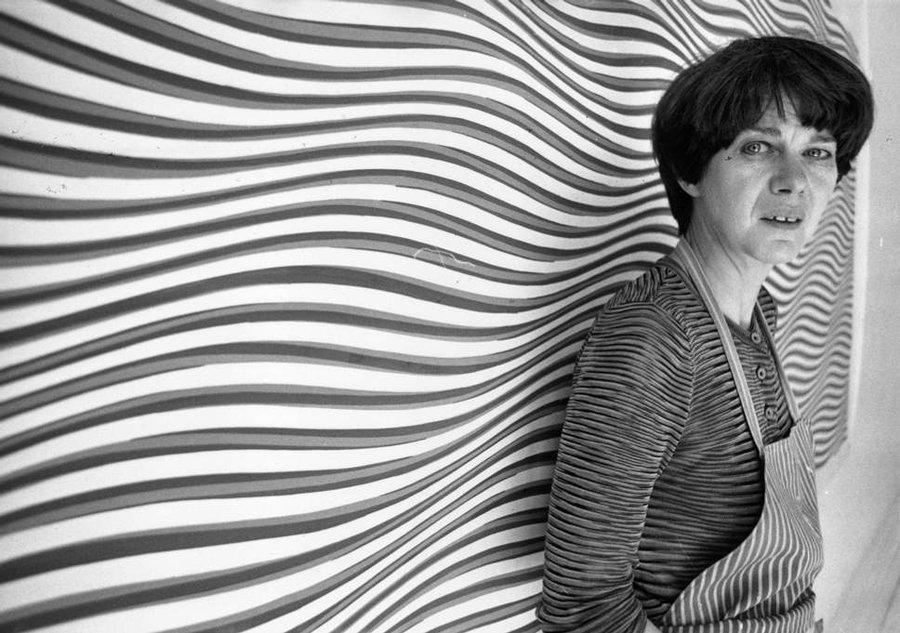 بریجیت لوئیس رایلی با زمینه آپ آرت